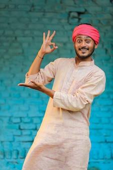 Indischer bauer in traditioneller kleidung und glücklicher ausdruck zu hause Premium Fotos