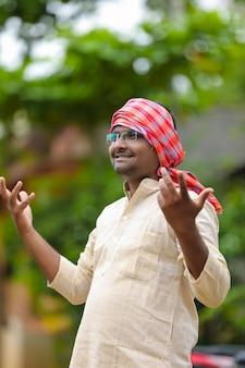 Indischer bauer in traditioneller kleidung.