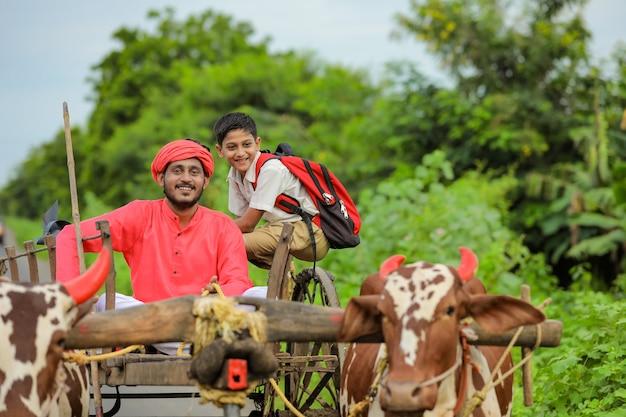 Indischer bauer und sein kind auf ochsenkarren
