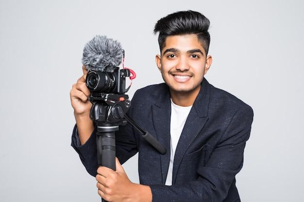 Indischer betreiber der videokamera lokalisiert auf einem weißen hintergrund