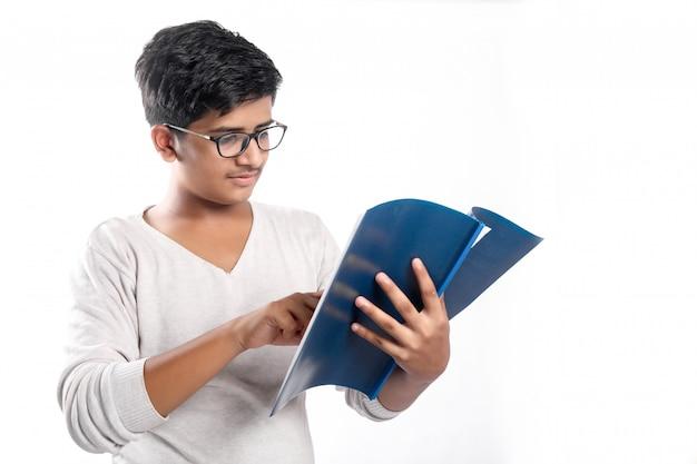 Indischer collagejunge in der studie