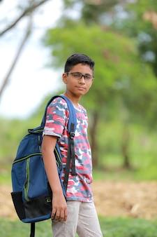 Indischer collegejunge mit tasche