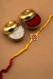 Indischer festival raksha bandhan hintergrund mit einem eleganten rakhi