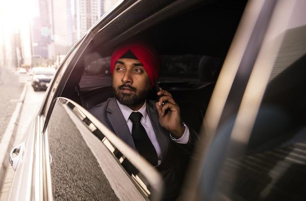 Indischer geschäftsmann sein firmenwagen in indien