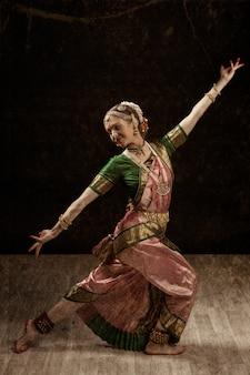 Indischer klassischer tanz bharatanatyam tänzer
