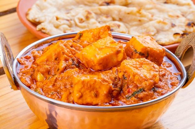 Indischer köstlicher würziger küche paneer toofani diente mit tandoori roti
