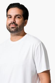 Indischer mann mit minimalistischem weißen t-shirt