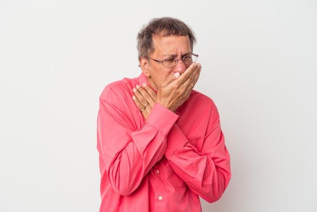 Indischer mann mittleren alters, isoliert auf weißem hintergrund, leidet an halsschmerzen aufgrund eines virus oder einer infektion.