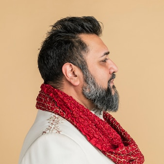 Indischer mann trägt eine kurta mit einem roten schal seitenprofilaufnahme