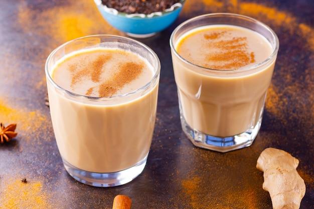 Indischer masala chai tee mit gewürzen in tassen
