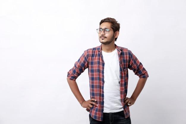 Indischer oder asiatischer mann, der mehrkumpelausdruck über weißem hintergrund gibt