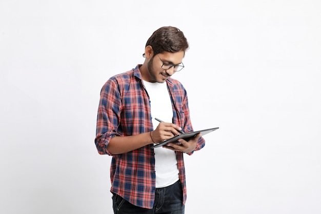 Indischer professioneller designer, der grafiktablett verwendet, das mit digitalem stift mit smartphone verbunden ist