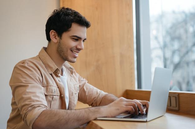 Indischer programmierer, der laptop benutzt und von zu hause aus arbeitet