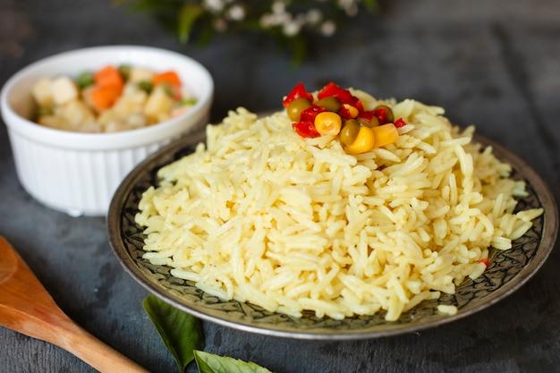 Indischer reis der nahaufnahme mit salat