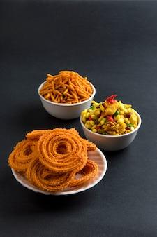 Indischer snack: chakli, chakali oder murukku und besan (gramm mehl) sev und chivada oder chiwada. diwali essen