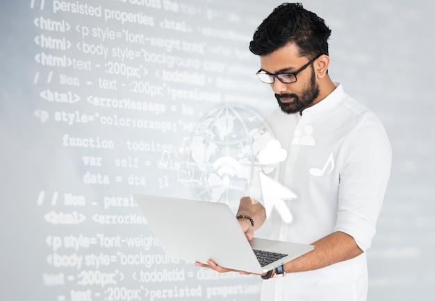 Indischer software-ingenieur, der an seinem laptop arbeitet