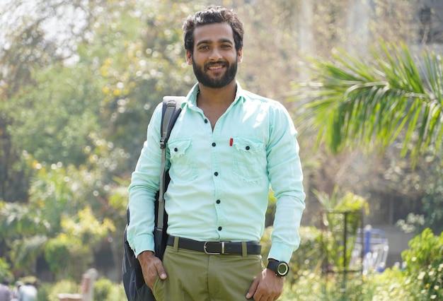 Indischer student, der am collagecampus steht
