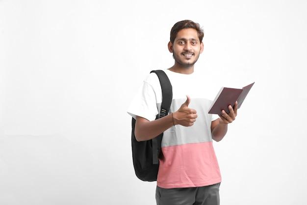 Indischer student, der buch liest