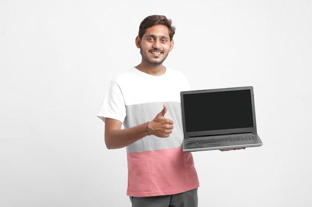 Indischer student, der laptop-bildschirm zeigt