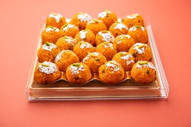 Indischer süßer motichoor laddoo oder bundi laddu aus grammmehl sehr kleine kugeln oder boondis, die vor der herstellung von kugeln frittiert und in zuckersirup eingeweicht werden
