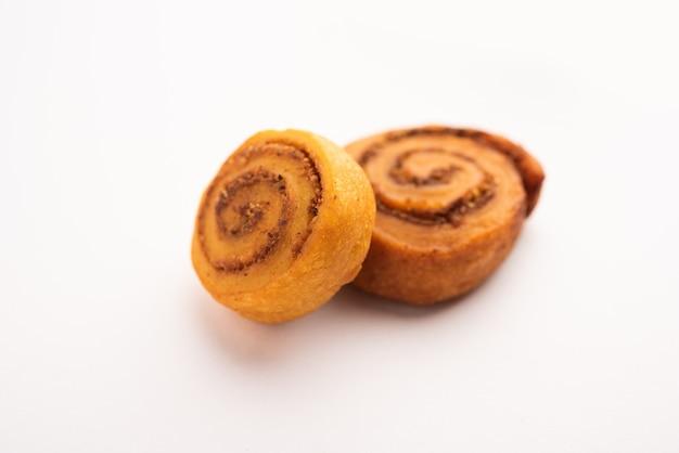 Indischer traditioneller leckerer snack bhakarwadi auch bekannt als bakarwadi, bakarvadi, bhakarvadi oder bakar wadi. serviert in einem teller oder einer schüssel. selektiver fokus
