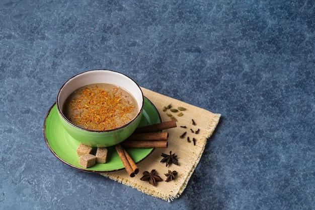 Indischer traditioneller masala chai tee in einer tasse