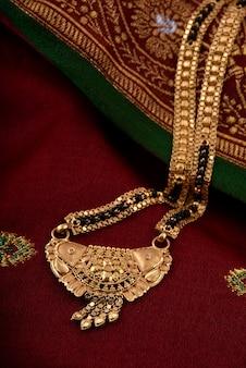 Indischer traditioneller schmuck auf weichem stoff