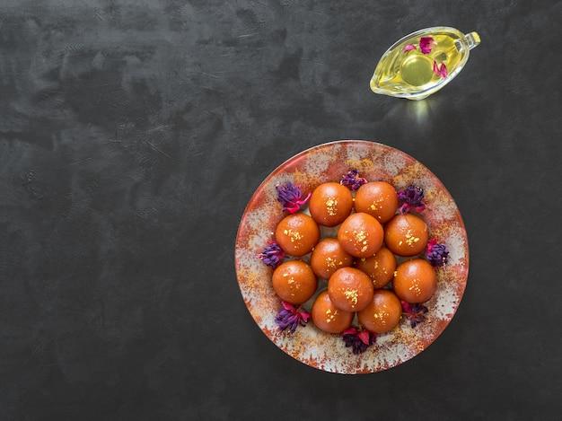 Indischer traditioneller süßer gulab jamun auf schwarzem tisch