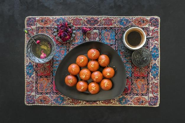Indischer traditioneller süßer gulab jamun, draufsicht