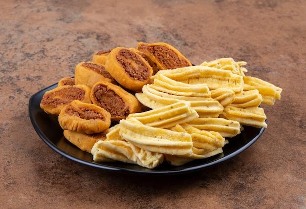 Indischer traditioneller würziger snack ghatiya mit bhakarwadi