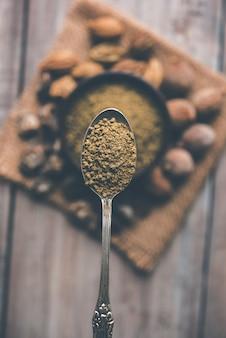 Indisches ayurvedisches triphala-churan oder trifala-pulver ist eine uralte medizin gegen stuhlgang oder verdauungsprobleme. selektiver fokus