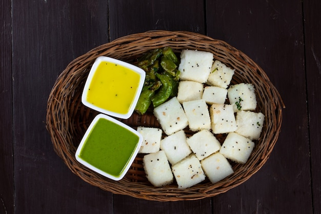 Indisches beliebtes street food khaman oder dhokhala