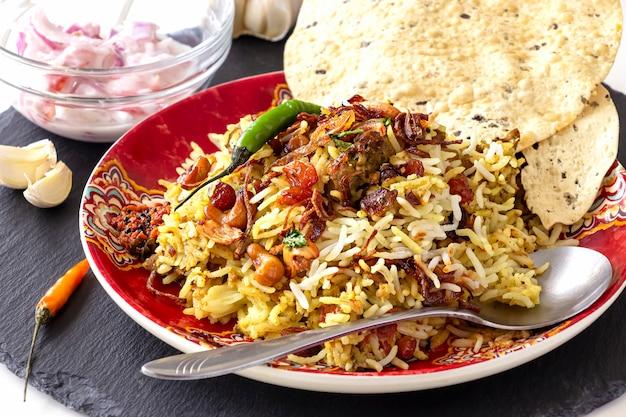 Indisches biryani mit beilagen, knoblauch und chili