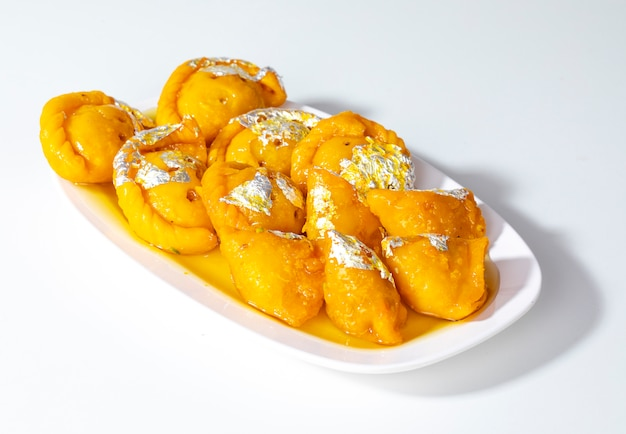 Indisches diwali-süßes lebensmittel chandrakala mit süßem samosa