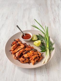 Indisches essen. kerala chicken pakoda. leckere pakoras nach südindischer art zubereitet