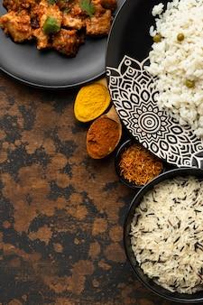 Indisches essen mit draufsicht von oben