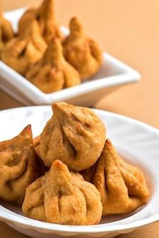 Indisches essen: modak, maharashtra sweet dish, lieblingssüß von lord ganesha, grußkarten-design.