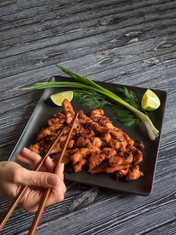 Indisches essen. würziger hühnerbraten mit basmatireis. südindisches gericht.
