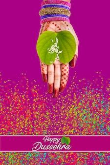 Indisches fest dussehra, grünes apta-blatt in der hand