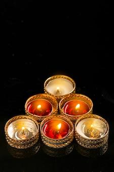 Indisches festival diwali, kerze auf dunklem hintergrund