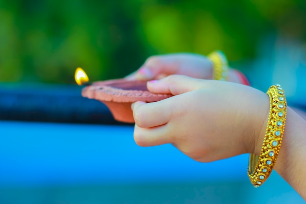 Indisches festival diwali, lampe in der hand