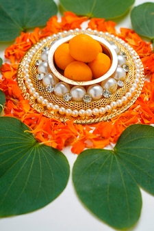 ,indisches festival dussehra, grünes blatt mit reis und süßigkeiten