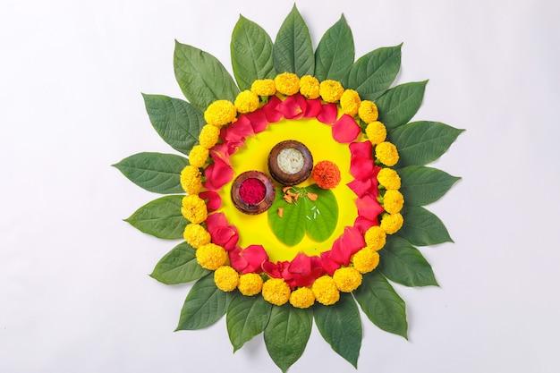 Indisches festival dussehra, grünes blatt, reis und blumendesign