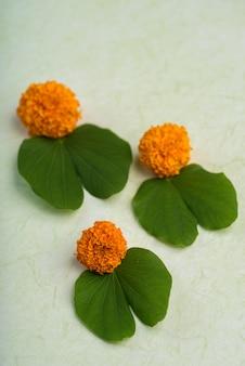 Indisches festival dussehra mit goldenen blättern (bauhinia racemosa) und ringelblumen