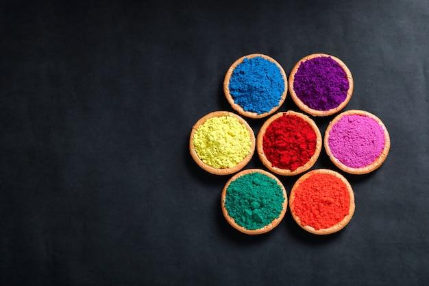 Indisches festival holi, farben in der schüssel, draufsicht