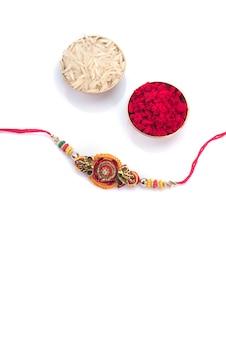Indisches festival: raksha bandhan mit einem eleganten rakhi. ein traditionelles indisches armband, das ein symbol der liebe zwischen brüdern und schwestern ist