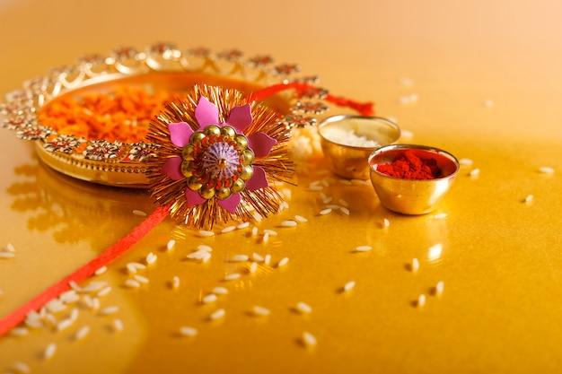 Indisches festival raksha bandhan, rakhi mit reis