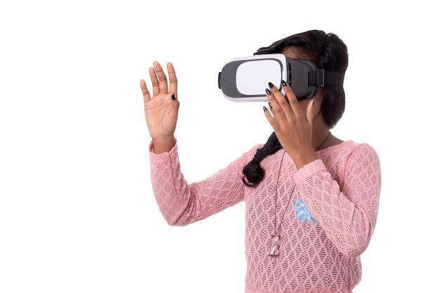Indisches junges mädchen, das durch vr-gerät sucht, 3d-virtual-reality-brillen-headset, mädchen mit moderner bildgebung zukunftstechnologie.