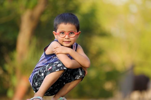 Indisches kind auf brille