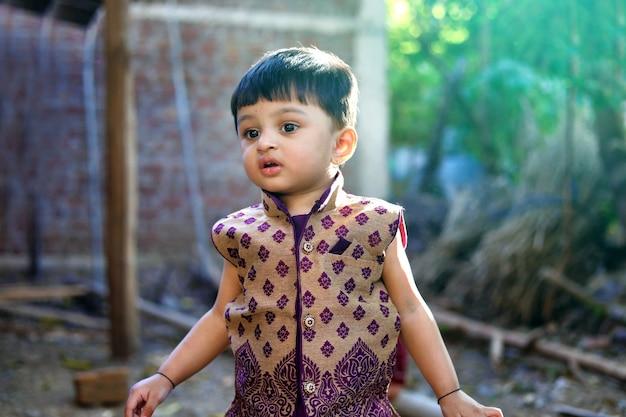 Indisches kind auf traditioneller abnutzung